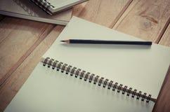Caderno vazio com o lápis na tabela de madeira - ainda vida Imagens de Stock