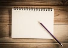 Caderno vazio com o lápis na tabela de madeira - ainda vida Foto de Stock Royalty Free