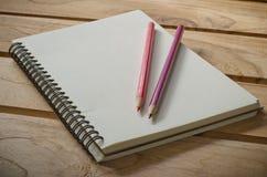 Caderno vazio com o lápis na tabela de madeira - ainda vida Foto de Stock