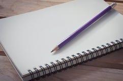 Caderno vazio com o lápis na tabela de madeira - ainda vida Imagens de Stock Royalty Free