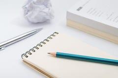 Caderno vazio com o lápis no fundo branco Foto de Stock