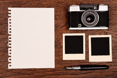 Caderno vazio com pena, quadros da foto e câmera Imagem de Stock Royalty Free