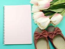 Caderno vazio e das sapatas vida lisa ainda com fundo da cópia do espaço Foto de Stock Royalty Free