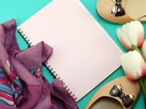 Caderno vazio e das sapatas vida lisa ainda com fundo da cópia do espaço Fotos de Stock Royalty Free