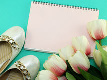 Caderno vazio e das sapatas vida lisa ainda com fundo da cópia do espaço Fotografia de Stock