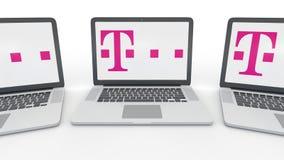 Cadernos com logotipo de T-Mobile na tela Rendição conceptual do editorial 3D da informática  ilustração stock