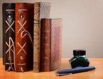 Cadernos com a pena e tinta de couro da tampa Fotos de Stock Royalty Free