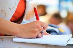 Cadernos e escrita da reunião da conferência do estudante Fotografia de Stock Royalty Free