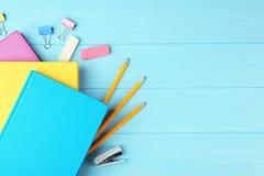 Cadernos e materiais de escritório coloridos Foto de Stock