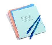 Cadernos e penas fotos de stock