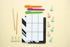 Cadernos, l?pis, pena, clipes de papel no fundo do biege foto de stock royalty free