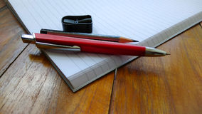 Cadernos, penas e lápis em de madeira imagens de stock royalty free