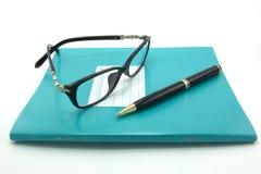 Cadernos, penas, vidros Fotos de Stock Royalty Free