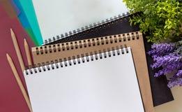 Cadernos vazios, três lápis de madeira e índice colorido das abas fotografia de stock