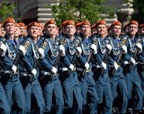 Cadetes de la academia de protección civil de EMERCOM de Rusia durante el desfile en cuadrado rojo en honor del día de la victori Foto de archivo