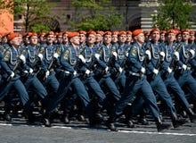 Cadetes de la academia de protección civil de EMERCOM de Rusia durante el desfile en cuadrado rojo en honor del día de la victori Fotografía de archivo