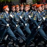 Cadetes de la academia de protección civil de EMERCOM de Rusia durante el desfile en cuadrado rojo en honor del día de la victori Foto de archivo libre de regalías