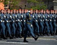 Cadetes de la academia de protección civil de EMERCOM de Rusia durante el desfile en cuadrado rojo en honor del día de la victori Fotos de archivo libres de regalías