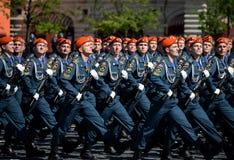 Cadetes de la academia de protección civil de EMERCOM de Rusia durante el desfile en cuadrado rojo en honor del día de la victori Fotos de archivo