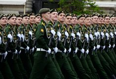 Cadetes de la rama de Serpukhov de la academia militar de las fuerzas estratégicas del misil durante el ensayo general del desfil fotografía de archivo