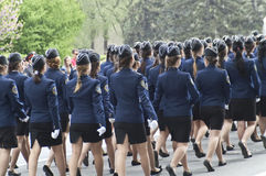 Cadetes femeninos en el marchpast fotografía de archivo
