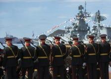 Cadetes militares en servicio militar contra el contexto de una nave militar Fotos de archivo libres de regalías