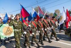 Cadetes patrióticos del club que marchan en desfile Fotos de archivo libres de regalías