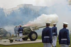 Cadets de citadelle mettant le feu à des canons Image stock