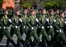 Cadets de l'académie militaire de la défense de rayonnement, chimique et biologique au défilé consacré à Victory Day images stock