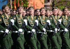 Cadets de l'académie militaire de la défense de rayonnement, chimique et biologique au défilé consacré à Victory Day images libres de droits