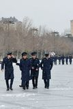 Cadets militaires sur Baku Bulvar dans la neige, en capitale de l'Azerbaïdjan Image libre de droits