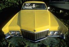 Cadillac amarelo clássico na ilha do pinho, Florida fotos de stock