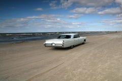 Cadillac branco em uma praia Imagem de Stock Royalty Free