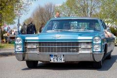 Cadillac Coupe de Ville κινήσεις στην οδό στοκ εικόνες