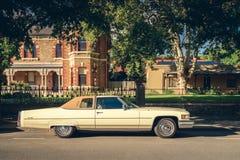 Cadillac DE Ville parkeerde op straat stock foto