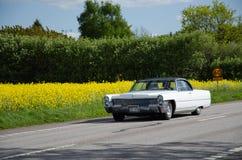Cadillac de Ville sur la route Photo stock