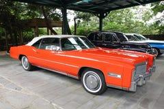 Cadillac Eldorado, 1975 år, USA, orange färg royaltyfria foton