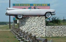 Cadillac-Kabriolett auf einem Zaun stockfoto