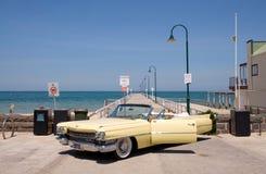 Cadillac op het strand Stock Afbeeldingen