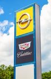 Cadillac- und Opel-Logo auf einem Zeichen außerhalb des Autos oder des Automobild Stockbild