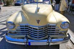 Cadillac vaniljguling, amerikanaren av 40-tal, modellerar yoga Matt, 1947 för 62 kupé Raritet! Hamburg Tyskland, April 2018 pe Royaltyfri Fotografi