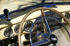 Cadillac vaniljguling, amerikanaren av 40-tal, modellerar yoga Matt, 1947 för 62 kupé Raritet! Hamburg Tyskland, April 2018 pe Arkivfoton