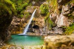 Cadini van Brenton, Sospirolo, Italië met azuurblauw duidelijk water en m stock foto's