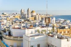 Cadiz cityscape med den berömda domkyrkan, Andalusia, Spanien royaltyfri foto