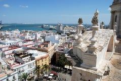 Cadiz domkyrkatak och cityscape Arkivfoto