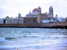 Cadiz strand och domkyrkan Royaltyfri Foto