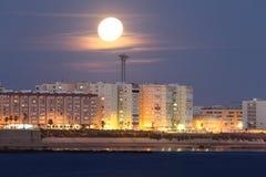 Cadiz unter dem Mond Shine lizenzfreie stockbilder