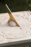 Cadran solaire antique dans le jardin Photographie stock