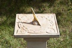 Cadran solaire antique dans le jardin Image stock