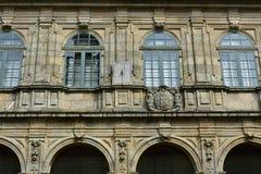Cadran solaire dans le cloître Murs en pierre, fenêtres en bois vertes, archs et détails Santiago de Compostela l'espagne images stock